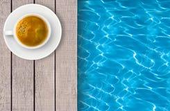 游泳池和咖啡在甲板的 图库摄影