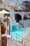 游泳池和大阳台在避暑胜地, Oia,圣托里尼 免版税图库摄影