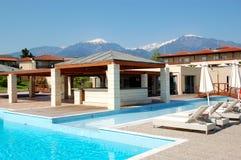 游泳池和室外餐馆在现代豪华旅馆 图库摄影
