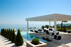 游泳池和室外餐馆在现代豪华旅馆 免版税库存图片