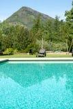 游泳池和放松 免版税图库摄影