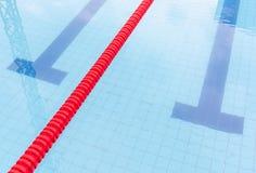 游泳池和明显的车道在竞争水池 免版税图库摄影