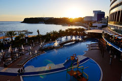 游泳池和海滩在日落期间 免版税库存图片