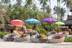 游泳池和海滩睡椅在一个热带庭院,泰国里 免版税库存照片