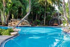 游泳池和瀑布 库存照片