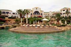 游泳池和热带豪华旅游胜地旅馆, Sharm El谢赫 免版税库存照片