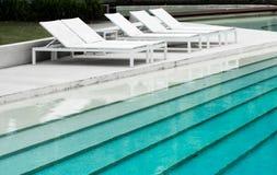 游泳池和白色水池床 图库摄影