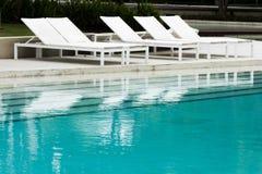 游泳池和白色水池床 库存照片