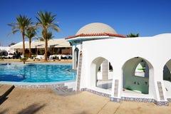 游泳池和酒吧在豪华旅馆 库存照片