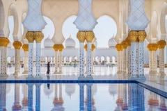 游泳池回教族长扎耶德Grand Mosque,迪拜、阿拉伯联合酋长国、妇女和 免版税库存图片