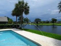 游泳池在一个热带后院在夏天 库存图片