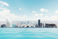 游泳池在一个现代城市 免版税库存图片
