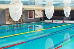 游泳池在一家五星旅馆的温泉中心在Kranevo,保加利亚 免版税库存照片