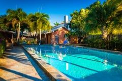 游泳池在一家旅馆在西棕榈海滩,佛罗里达 图库摄影