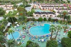 游泳池在一家旅馆里在Los Cristianos城市 特内里费岛 加那利群岛西班牙 免版税库存照片