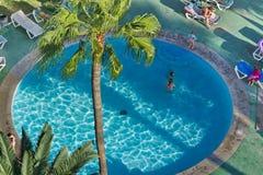 游泳池在一家旅馆里在Los Cristianos城市 特内里费岛 加那利群岛西班牙 免版税库存图片