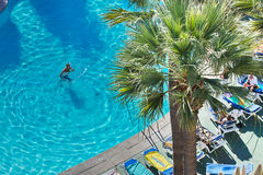 游泳池在一家旅馆里在Los Cristianos城市 特内里费岛 加那利群岛西班牙 库存照片