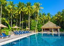 游泳池在一家热带旅馆里 免版税库存照片