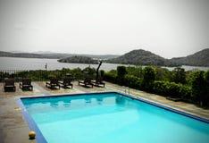 游泳池在一家豪华旅馆里 库存照片