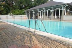 游泳池在俱乐部房子里 图库摄影