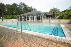 游泳池在俱乐部房子里 库存照片