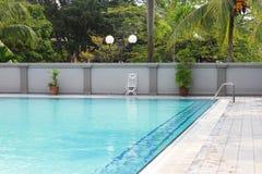 游泳池在俱乐部房子里 免版税库存照片