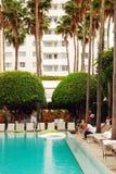 游泳池在南海滩的,迈阿密一家旅馆 免版税库存图片