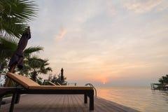 游泳池在后院和sunbed与日落场面 库存图片