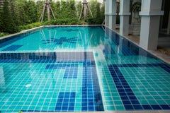 游泳池在后院 库存照片