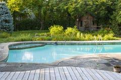 游泳池在后院 免版税库存照片