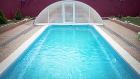 游泳池在后院 免版税库存图片
