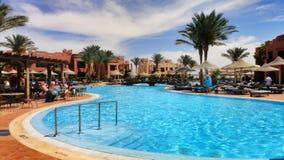 游泳池在埃及旅馆里 图库摄影