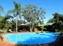 游泳池在度假旅馆里。 绝对放松。 免版税库存照片