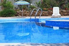 游泳池在庭院里 库存照片