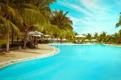 游泳池在惊人的热带豪华旅馆里 mui ne越南 免版税库存照片