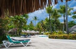 游泳池在旅馆庭院里 库存图片