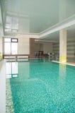 游泳池在旅馆里 库存图片