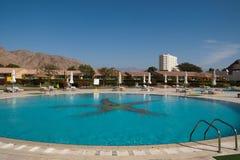 游泳池在旅馆 免版税库存照片