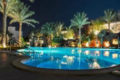 游泳池在晚上在其中一家旅馆中临近海滩, Sharm El谢赫,埃及 免版税库存图片