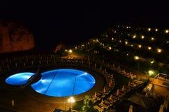 游泳池在晚上 免版税库存照片