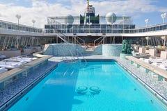 游泳池在机上水晶平静游轮露天甲板 免版税库存照片