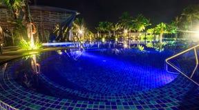 游泳池在热带海滩的晚上 免版税库存图片