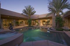 游泳池在现代家后院  免版税库存照片