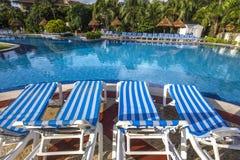 游泳池在豪华旅游胜地,里维埃拉玛雅人,墨西哥 免版税库存图片