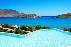 游泳池在豪华旅馆有在史宾纳隆加岛海岛上的一个看法 免版税库存照片