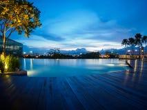 游泳池在巴特沃思,槟榔岛,马来西亚的蓝天日落 免版税图库摄影
