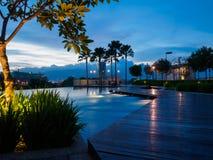游泳池在巴特沃思,槟榔岛,马来西亚的蓝天日落 免版税库存图片