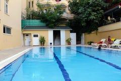 游泳池在Kleopatra海滩旅馆阿拉尼亚,土耳其里 库存照片