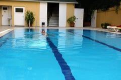 游泳池在Kleopatra海滩旅馆阿拉尼亚,土耳其里 免版税库存图片