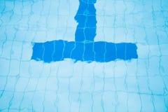 游泳池底下车道线  免版税库存照片